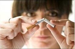 дівчина що ламає сигарету